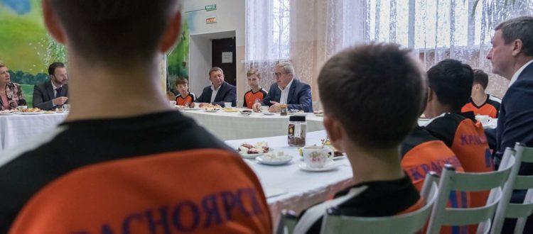 Виктор Толоконский встретился с игроками футбольного клуба