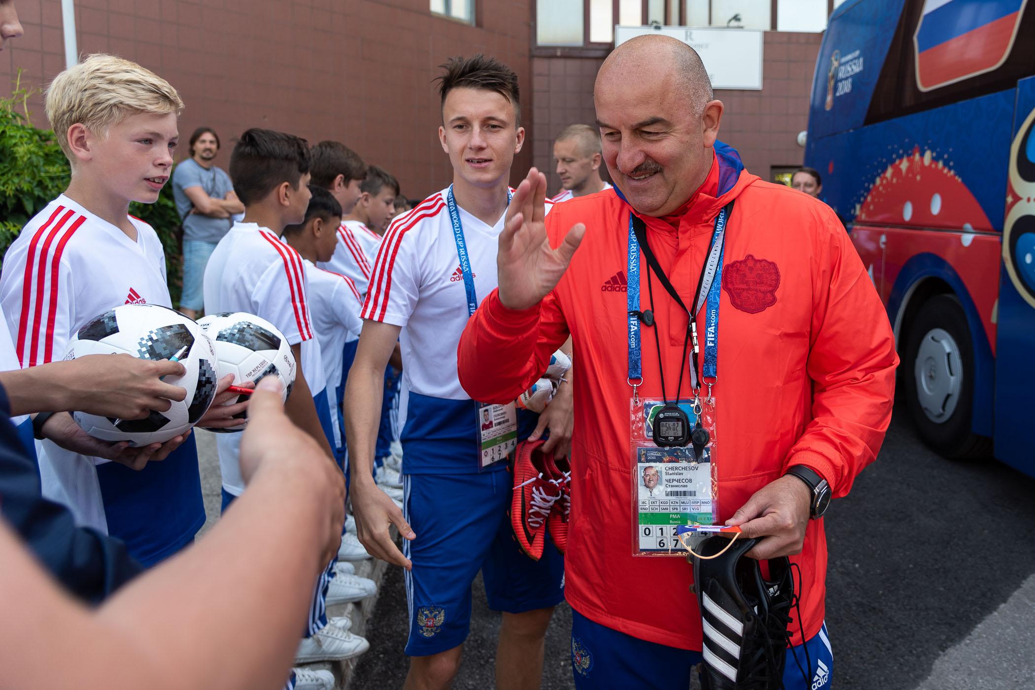 Сборная России по футболу прибыла в Самару, где в понедельник состоится матч Россия-Уругвай.